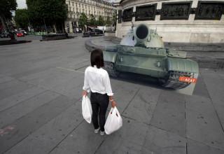 """גזיר של """"טנק חיקוי"""" במחאה על אירועי כיכר טיאננמן"""