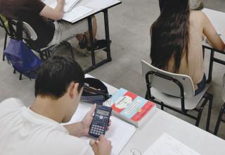 תלמידים יושבים בכיתה, אילוסטרציה (למצולמים אין קשר לנאמר בכתבה)