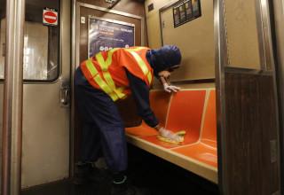 קורונה - גבר מחטא את קרונות הרכבת התחתית בניו יורק