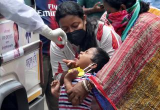 ילדה עוברת בדיקת קורונה בקולקטה, הודו