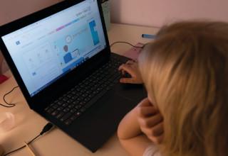 למידה מרחוק חינוך בית ילדה מחשב קורונה חוזרים לימודים