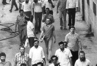 """אנשי המחתרת היהודית בצאתם מביהמ""""ש"""