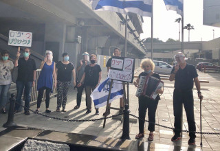 משמרות השלום ליד האנדרטה של רבין