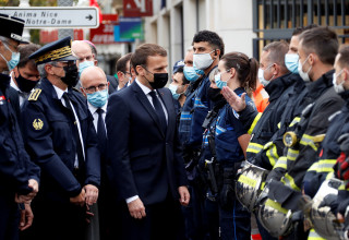 נשיא צרפת עמנואל מקרון בזירת הפיגוע בניס