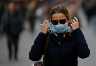 קורונה באוקראינה: אישה עם מסכה בקייב