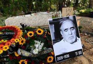קברו של נתן זך בבית העלמין בקיבוץ עינת