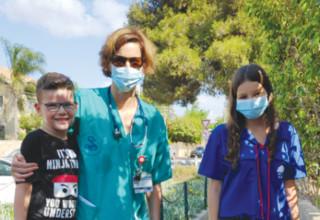 """המדריכה אשכנזי (מימין) עם ד""""ר בצלאל ובנה רון"""
