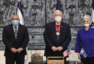 ראובן ריבלין מקבל מדליה ממכון וושינגטון
