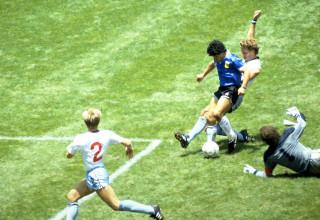 """מראדונה כובש את """"שער המאה"""" במונדיאל 1986"""
