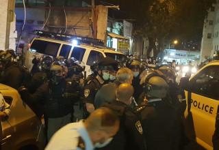 כוחות משטרה חמושים פושטים על הישיבה בבני ברק