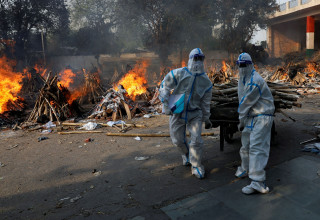 נאבקים בקורונה ושורפים את המתים בהודו