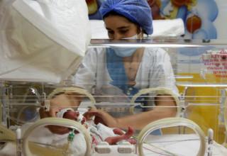 בת 25 ילדה תשע תינוקות בבת אחת