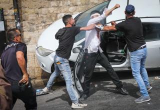 קורבן הלינץ' בירושלים ליד הרכב