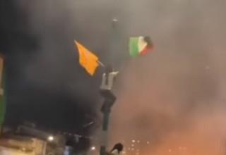 צעיר מחליף את דגל ישראל בדגל פלסטין