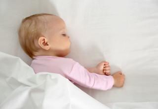 תינוקת ישנה במיטה
