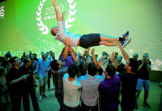 עובדי צ'קמרקס מניפים את מתי סימן, המייסד ו-CTO, באירוע פתיחת שנה בתאילנד - ינואר 2020