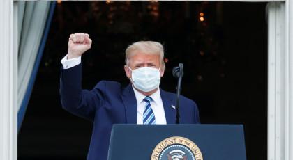 טראמפ עוטה מסכה בעצרת הבחירות בבית הלבן(צילום: טראמפ עוטה מסכה בעצרת הבחירות בבית הלבן)