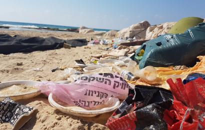 כלים חד פעמיים בחוף הים