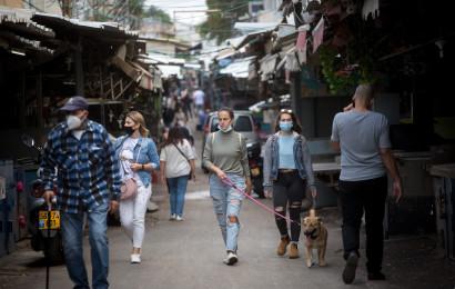קורונה - אנשים עם מסכה מטיילים בשוק הכרמל (למצולמים אין קשר לנאמר בכתבה)