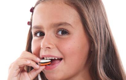 ילדה אוכלת ממתקים (אילוסטרציה)