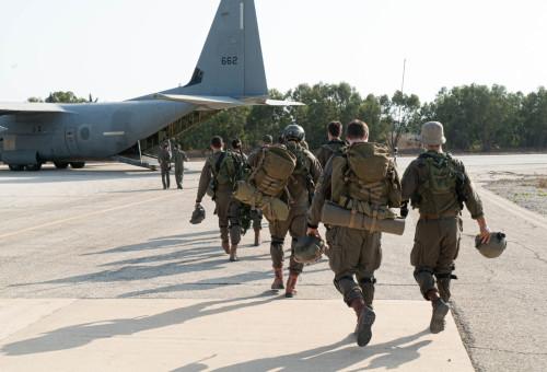חיילים עולים למטוס הקרנף