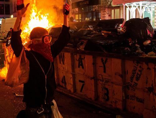מפגינים מציתים פחי זבל בניו יורק