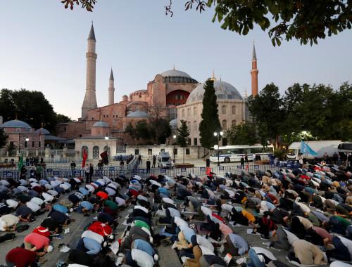 טורקיה: מתפללים מחוץ לאיה סופיה