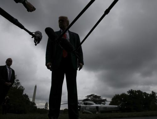 דונלד טראמפ בשיחה עם עיתונאים בפלורידה
