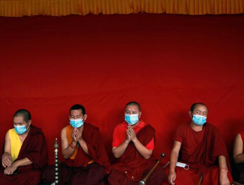 נזירים בודהיסטים עוטים מסיכות בקטמנדו