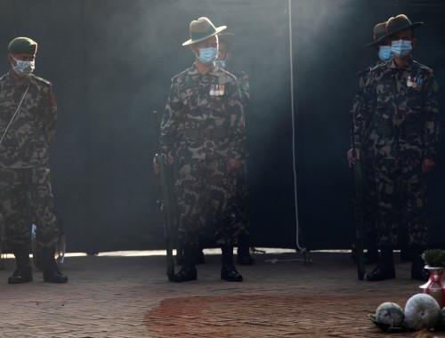 חיילים בצבא נפאל משתתפים בטקס דתי ועוטים מסכות