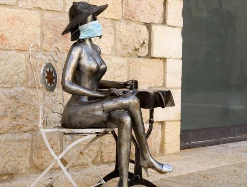 גם הפסלים שומרים על ההנחיות בירושלים