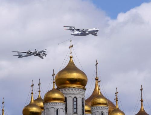 כלי טיס מעל לכיכר הקתדרלות המרכזית של הקרמלין במוסקבה, בירת רוסיה