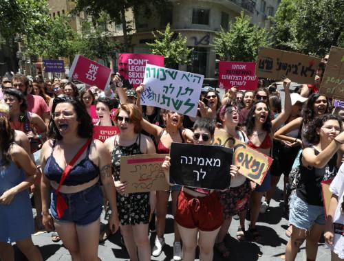 """ההפגנה הפמיניסטית """"צעדת השרמוטות"""" בתל אביב"""