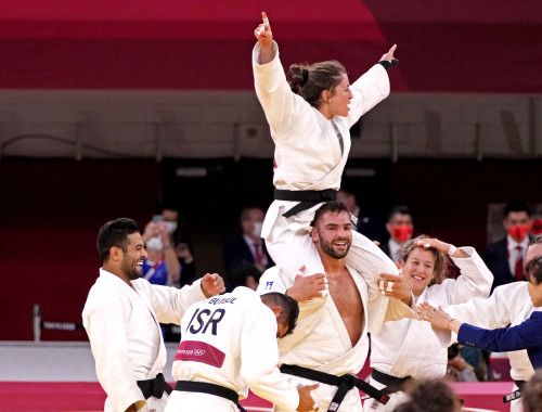 נבחרת ישראל בג'ודו חוגגת את הזכייה במדלית הארד