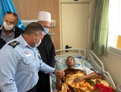 """המפכ""""ל מבקר את השוטר שנפצע באירוע הדריסה בסוכות"""