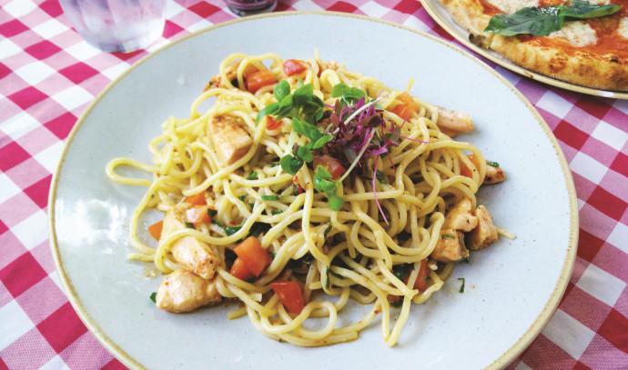 """ספגטי הום מייד מעודן ששוחה בטעמים עשירים. מנת אמלפי ב""""ג'יארדינו בלו"""""""