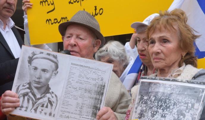 """ניצולי שואה מפגינים מול שגרירות פולין בת""""א"""