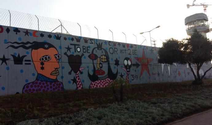 הציור של בזוקה ג'ו על חומות מתקן המעצר אבו כביר