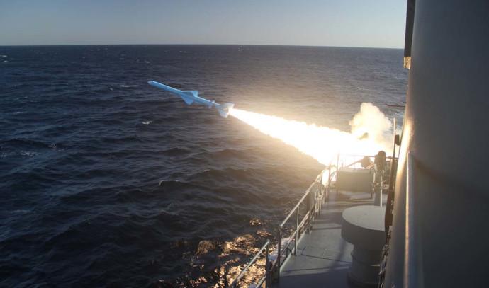 שיגור טיל במהלך תרגיל של חיל הים האיראני