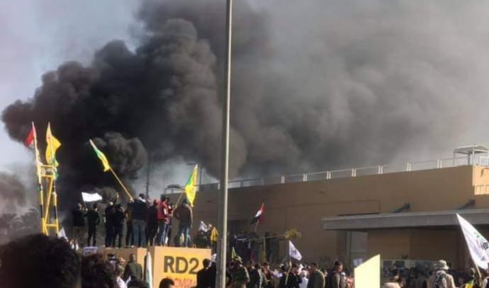 """מפגינים שורפים את החומה של שגרירות ארה""""ב בבגדד"""