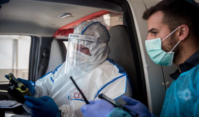 """צוות מד""""א מתארגן לבדיקת חולי קורונה (למצולמים אין קשר לנאמר בכתבה)"""
