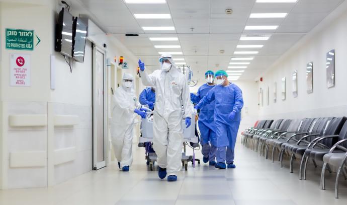 העברת חולה בבית החולים (למצולמים אין קשר לכתבה)