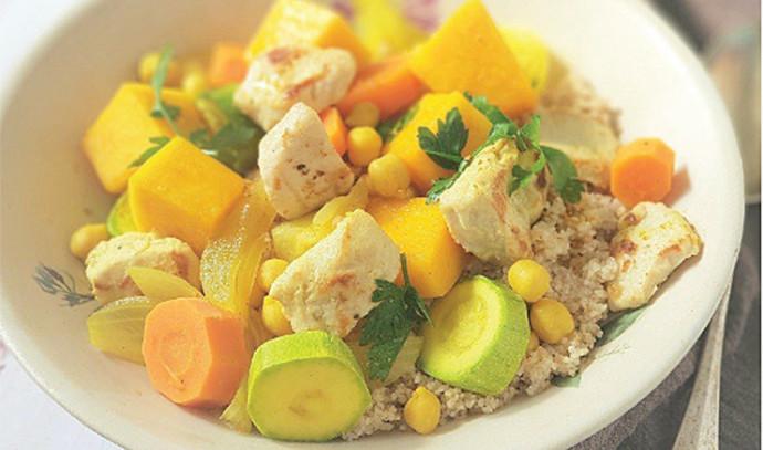 קוסקוס מלא עם ירקות, חומוס וקוביות עוף