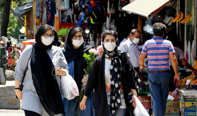 קורונה - נשים עם מסכה מבקרות בשוק בטהרן