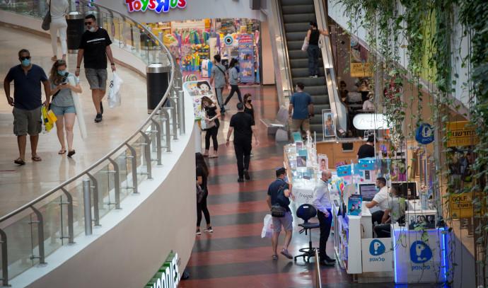 קורונה - אנשים עם מסכה בקניון בתל אביב