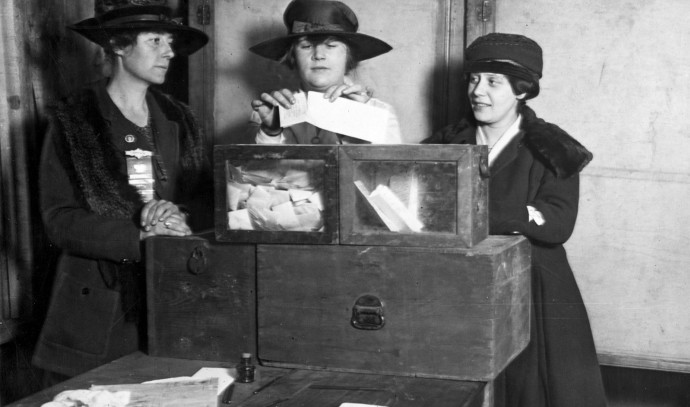 אישה מצביעה בניו יורק לראשונה 1920