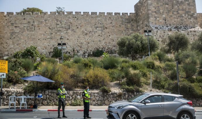 קורונה - סגר: מחסום משטרתי באזור ירושלים (למצולמים אין קשר לנאמר בכתבה)