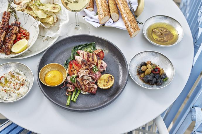 השף חמודי עוקלה פותח בר אוכל מקומי בלב העיר העתיקה של עכו