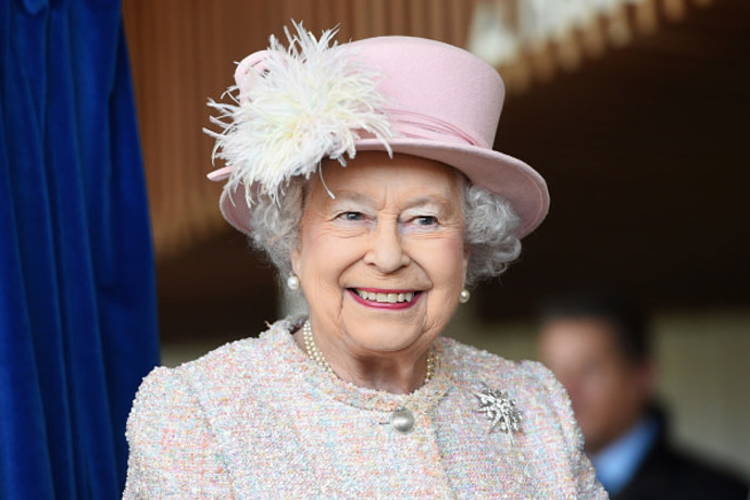 """""""מייצגת היסטוריה קולוניאלית"""": סטודנטים באוקספורד הסירו את דיוקן המלכה"""