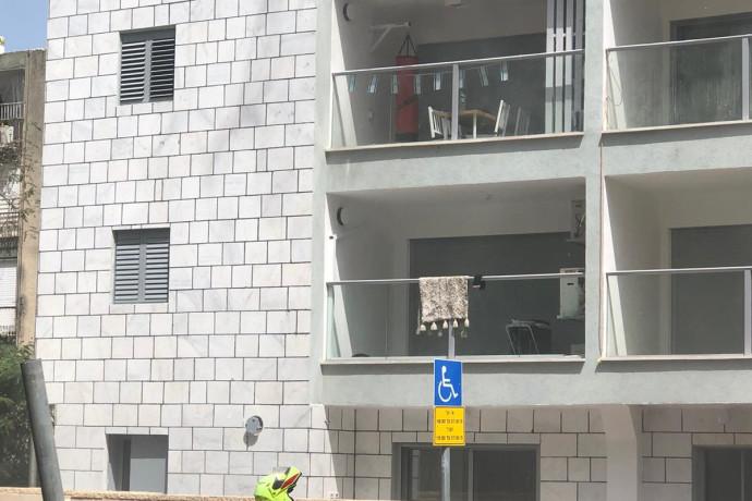 קשישה אותרה ללא רוח חיים בדירת בניין בחולון שעלה באש; המשטרה פתחה בבדיקה